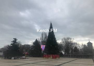 В Керчи на площади устанавливают «Поющую елку»