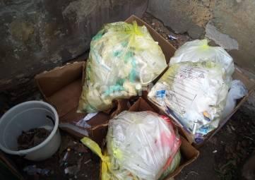 Неизвестные устроили свалку из шприцов и медикаментов в районе больницы, - керчане