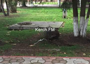 Вандалы в центре Керчи сломали несколько прожекторов подсветки