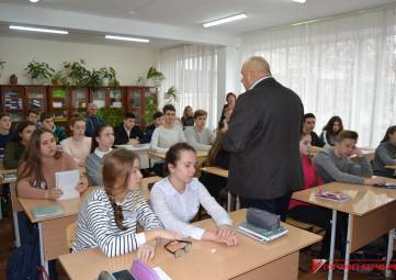 В Керчи депутат провел урок права для школьников