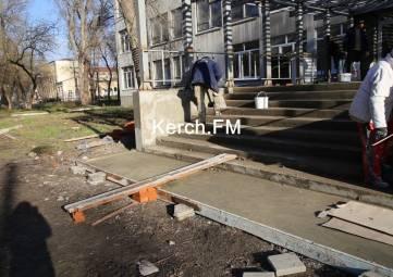 В керченском политехе приступили к ремонту крыльца