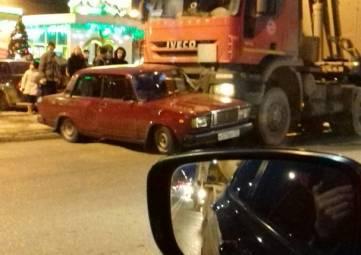 """Вечером в Симферополе грузовик помял """"Жигули"""": образовалась пробка, - ФОТО"""