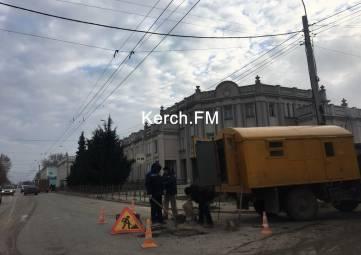 В Керчи отремонтировали люк на Свердлова