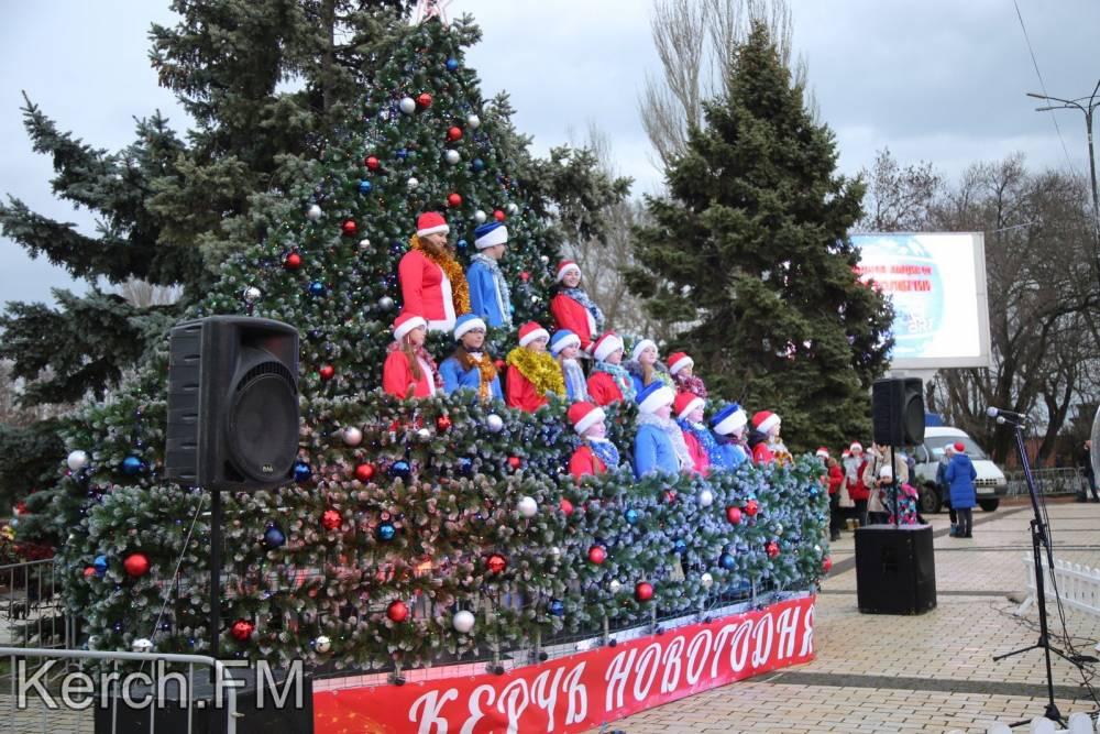 В Керчи открыли «Поющую елку»