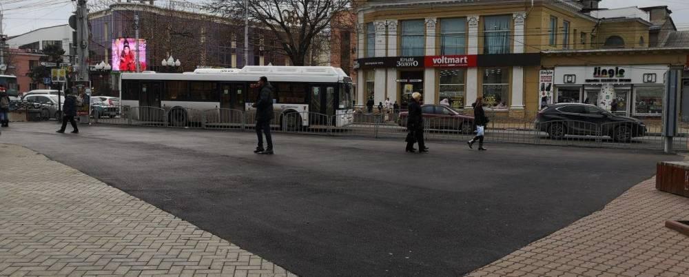 Рядом с тротуарной плиткой уложили кусок асфальта