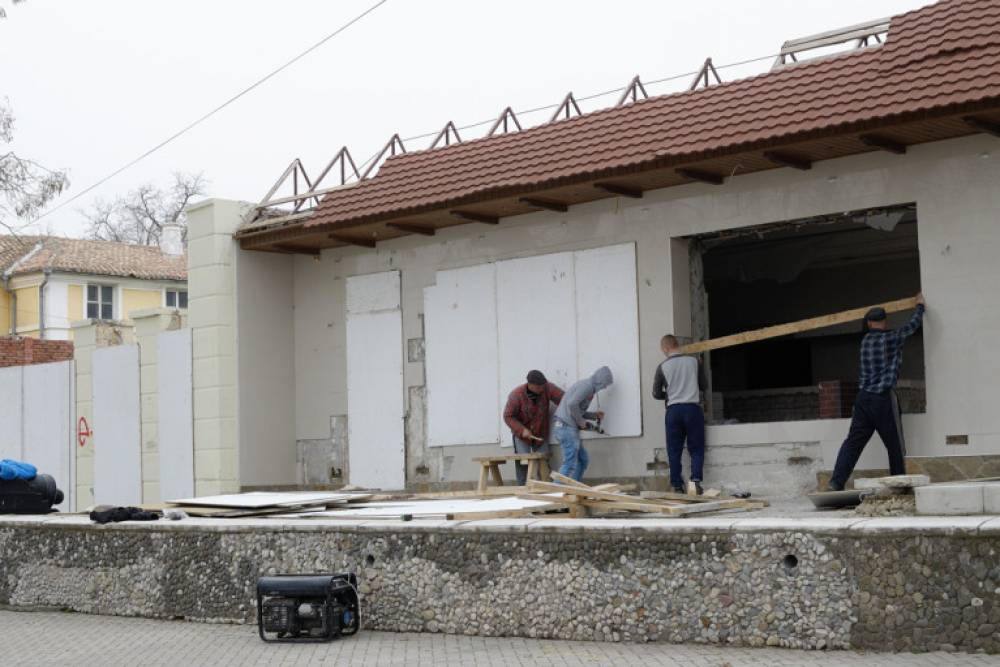 В центре Феодосии приводят в порядок здание бывшего клуба «Барон»