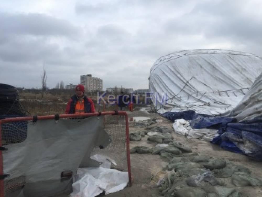 Купол ледового катка в Керчи стали восстанавливать (видео)
