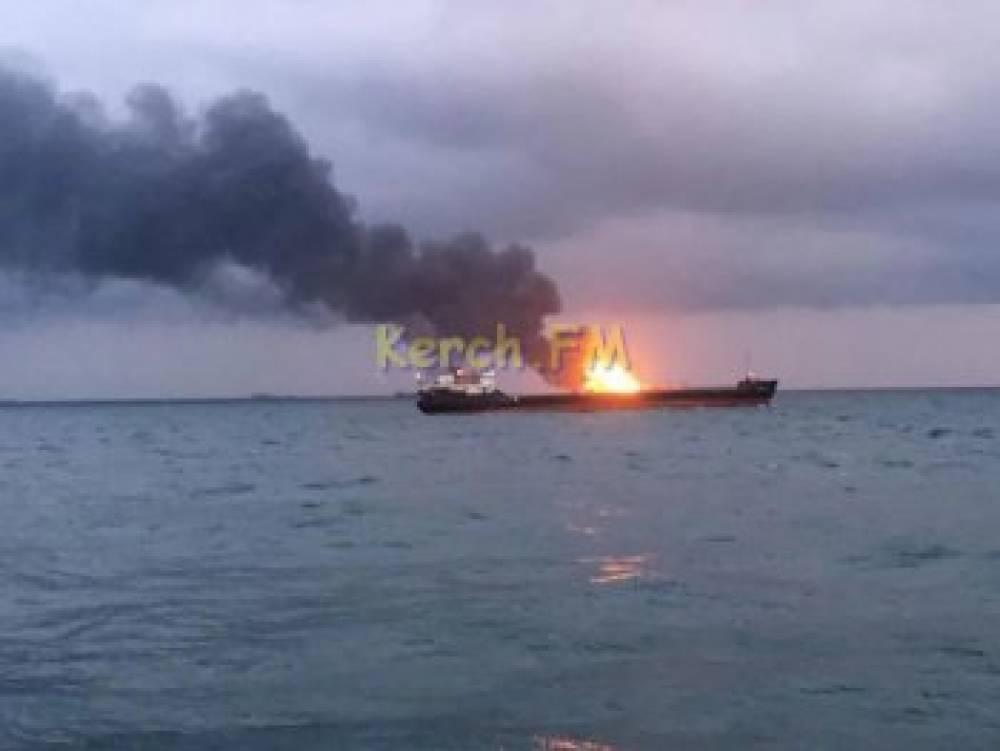 Спасателям не удалось потушить загоревшиеся в Черном море танкеры