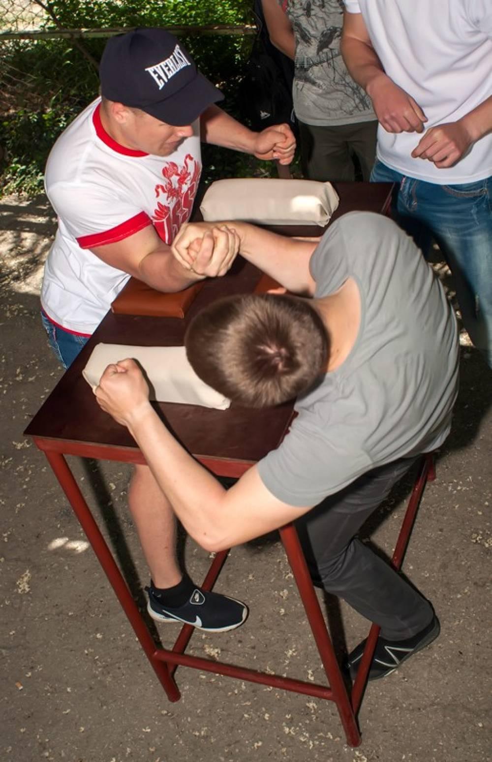Товарищеские состязания по армрестлингу