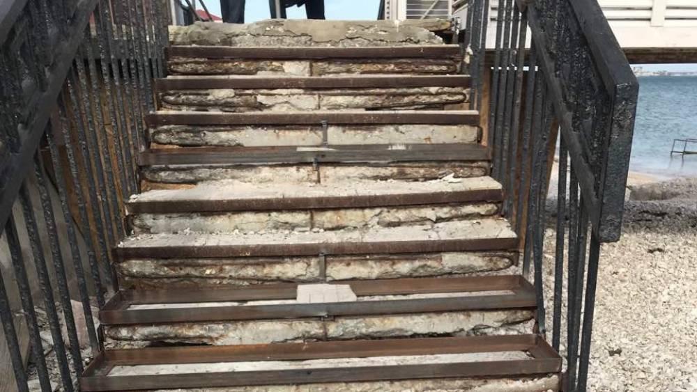 На центральном пляже будет  лестница
