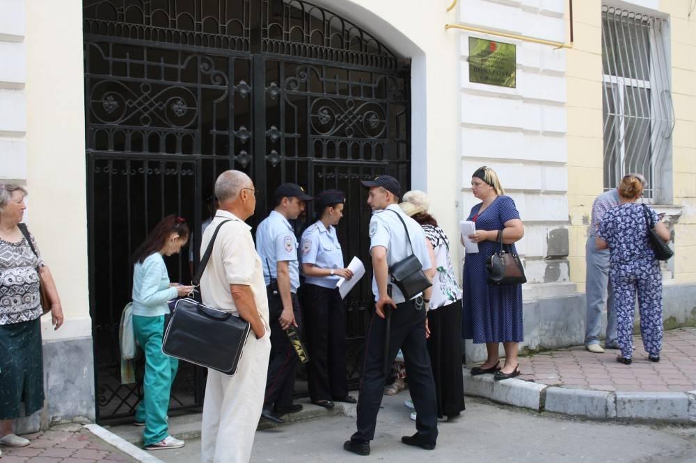 Сейчас прокурор Республики Крым Наталья Поклонская проводит выездной прием граждан в Феодосии