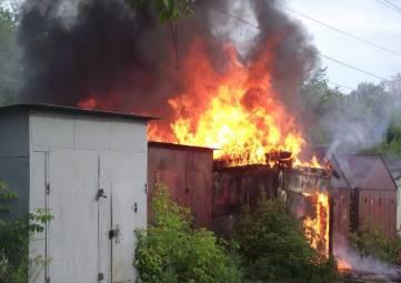 В Феодосии вместе с авто сгорел гараж