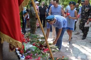 Администрация Феодосии поздравила служащих с Днем воздушно-десантных войск