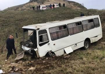 В Крыму автобус «улетел» в овраг: один погибший, восемь пострадавших