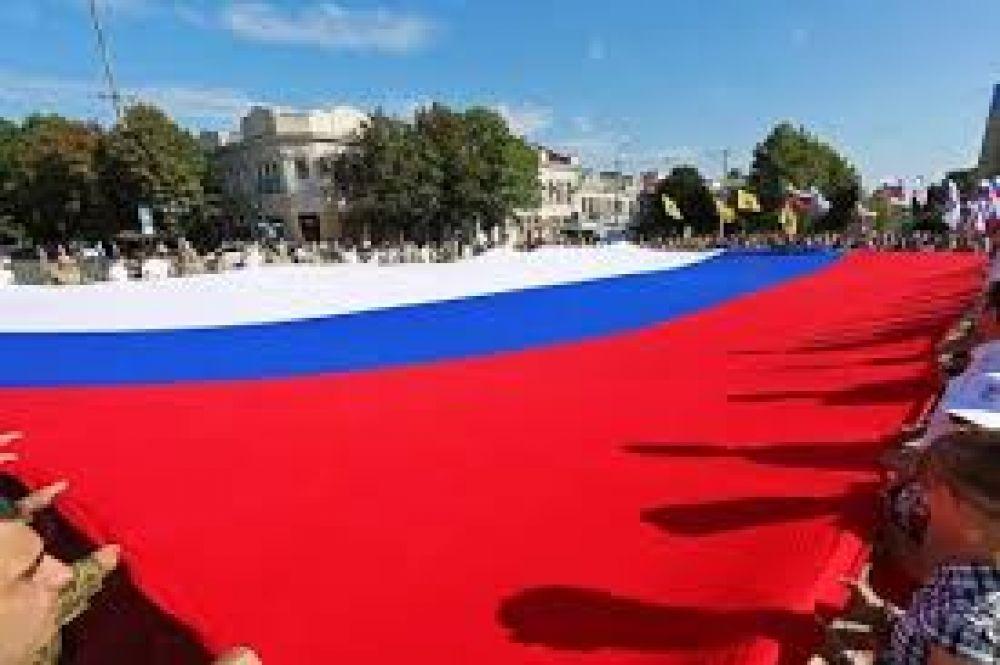 Сегодня у памятника Назукину развернут гигантский российский флаг