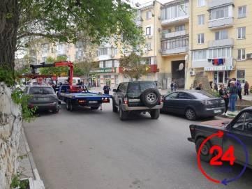 В Феодосии пробка из-за эвакуатора
