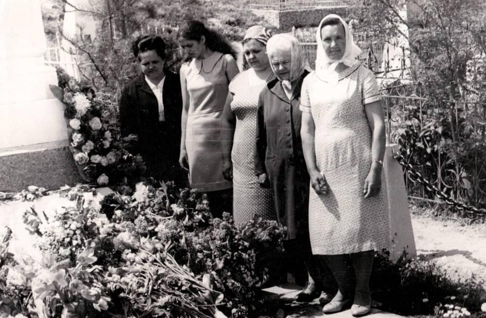 Возложение цветов к могиле военных моряков