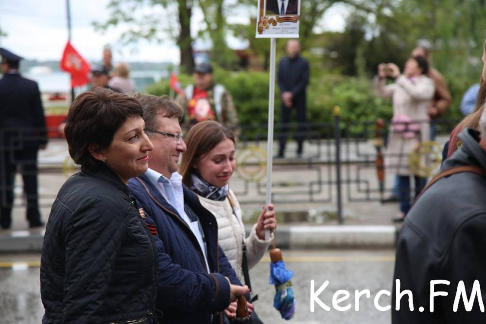 Тысячи керчан прошли колонной в «Бессмертном полку» по центральным улицам города