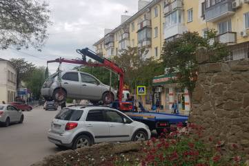 Эвакуируют машины с любимого места напротив рынка