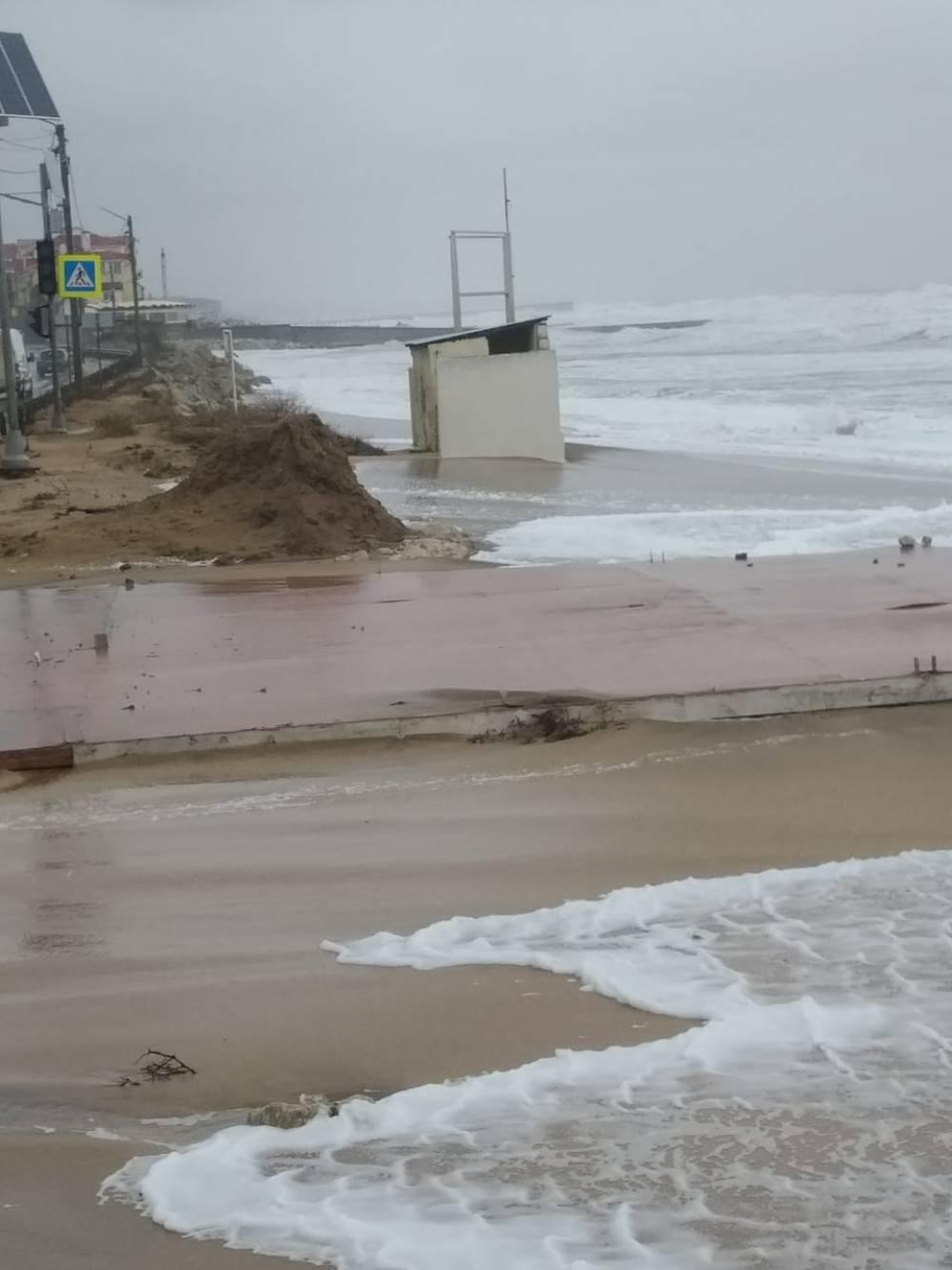 Море вышло из берегов на дорогу
