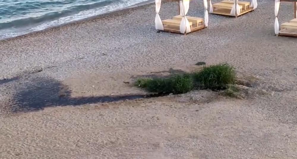 На пляже у холма Юнге опять течëт