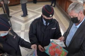 Сотрудники ГИБДД г. Керчи вместе с почтальонами доставляют пожилым жителям города открытки, которые дети рисовали в рамках социального проекта.
