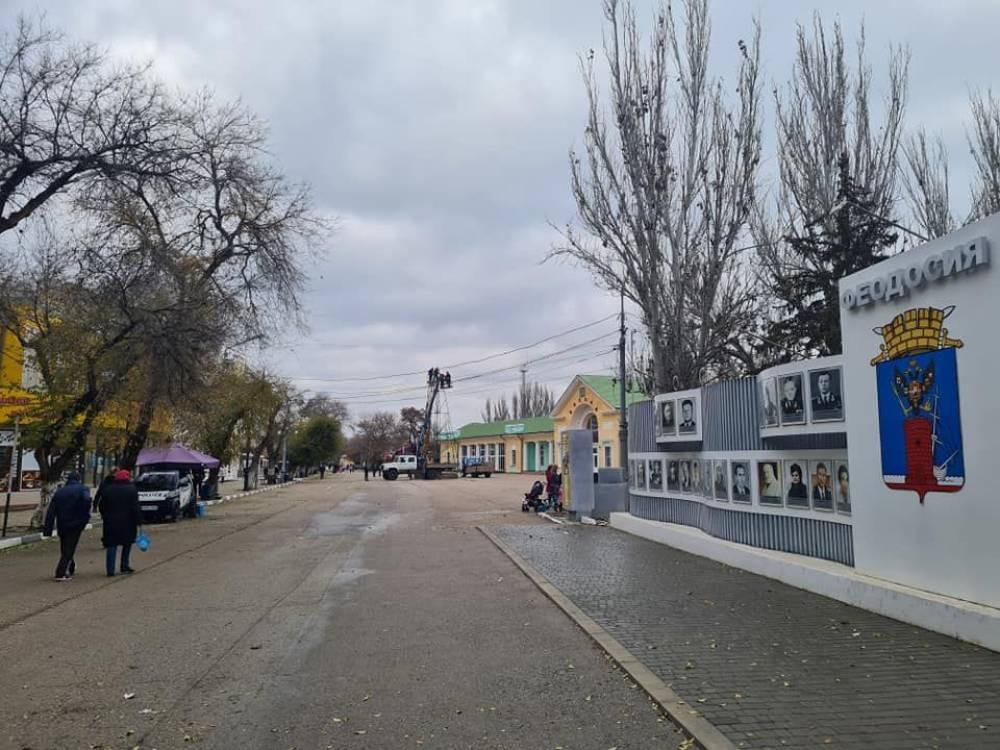 В Феодосии ставят ёлку (Фото)