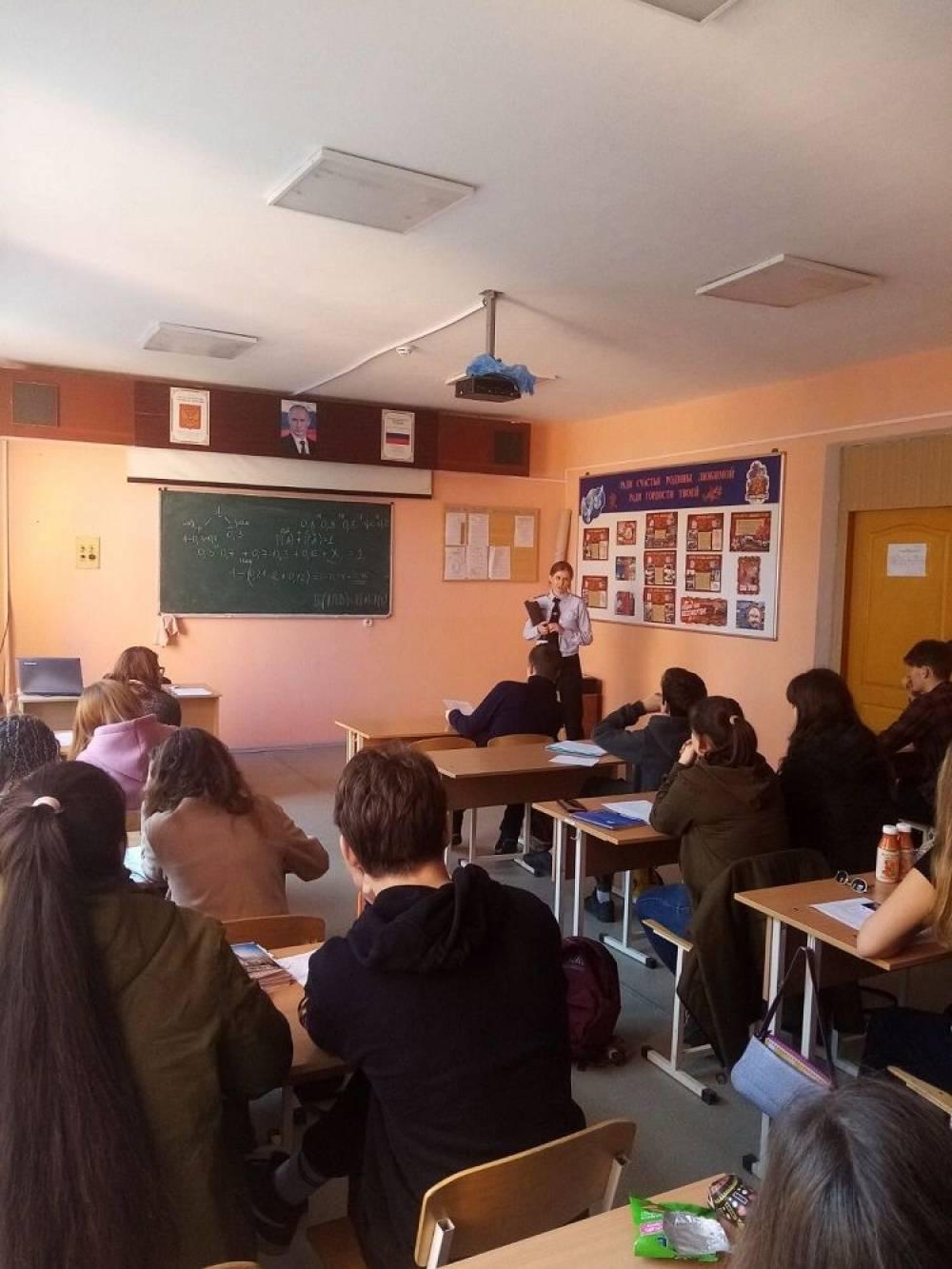 Инспектор по делам несовершеннолетних отдела МВД России по г. Феодосии посетила политехнический техникум и школу №17 с профилактическими беседами.