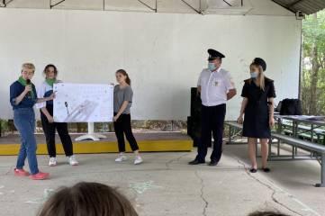 """В детском оздоровительном лагере """"Морячок"""" феодосийские полицейские провели акцию «Пристегнись сам и пристегни ребенка!»."""
