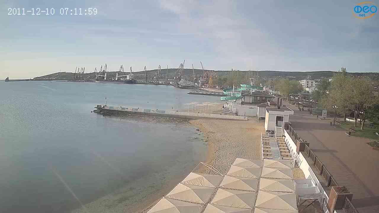 Веб-камеры Феодосии, Вид на порт и маяк, 2021-05-16 06:36:13
