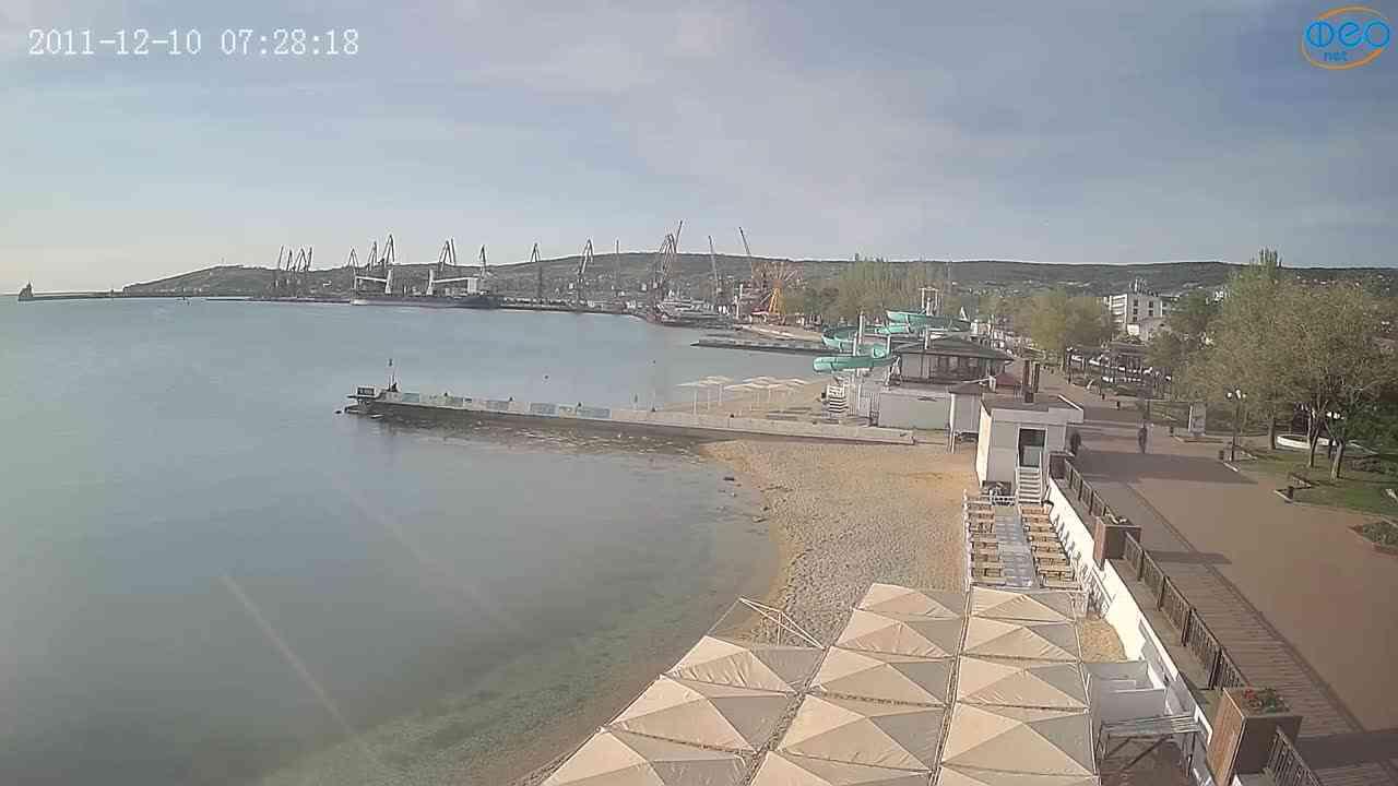 Веб-камеры Феодосии, Вид на порт и маяк, 2021-05-16 06:52:37