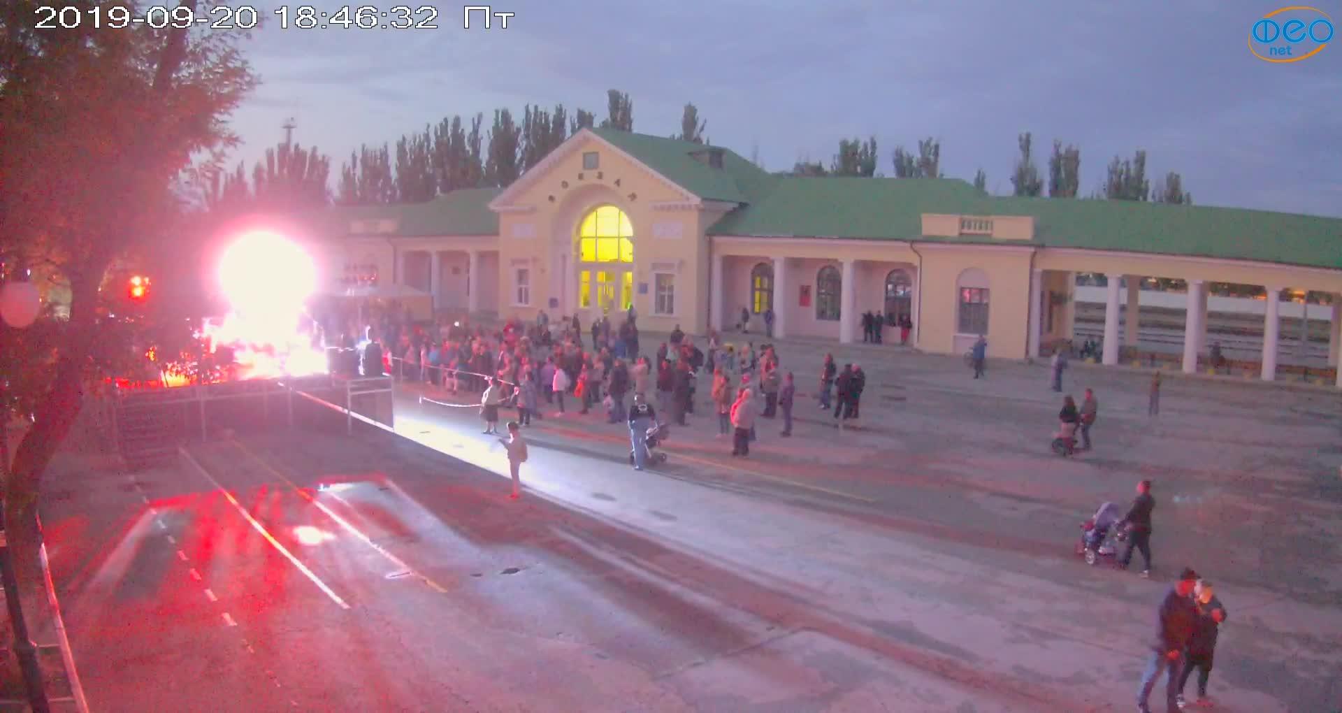 Веб-камеры Феодосии, Привокзальная площадь, 2019-09-20 19:03:07