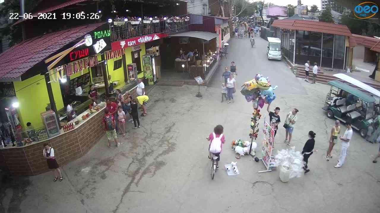Веб-камеры Феодосии, Спуск от кинотеатра Украина, 2021-06-22 19:05:34
