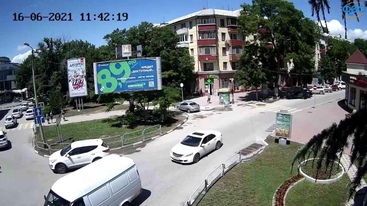 """Веб-камеры Феодосии, Магазин """"Новый Свет"""" - Переход, 2021-06-16 11:42:32"""